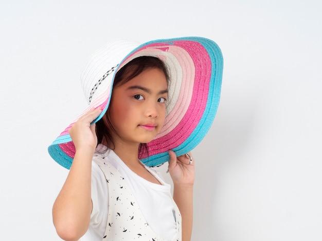 Asiática menina bonitinha com chapéu