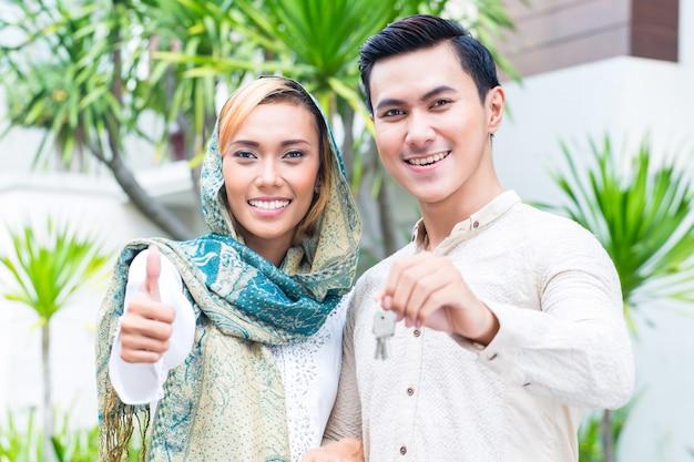 Asiática, muçulmano, par, em movimento, casa