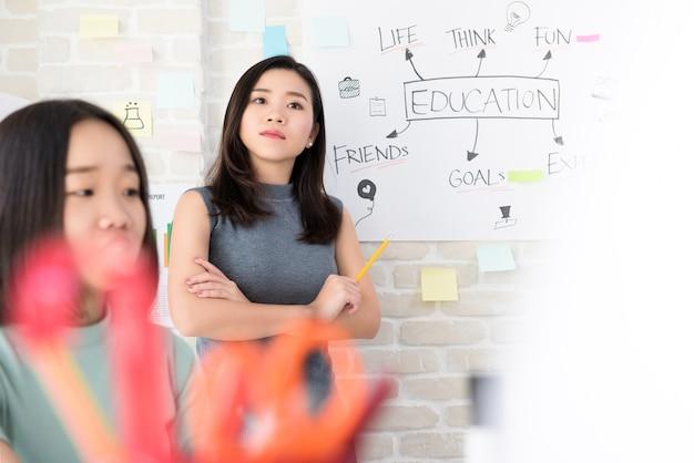 Asiática professora prestando atenção