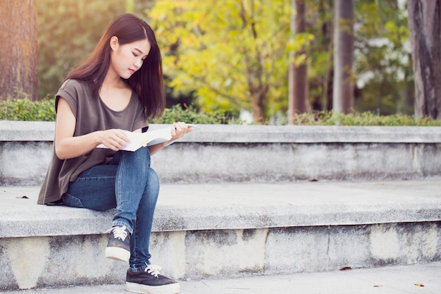 Asiático, adolescente, mulheres, leitura, livro, felicidade, e, sorrizo, desfrute, educação, em, universidade