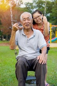 Asiático, avô, posar, com, grandchildren