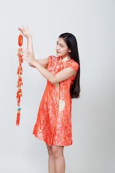 Asiático da mulher no vestido longo chinês tradicional
