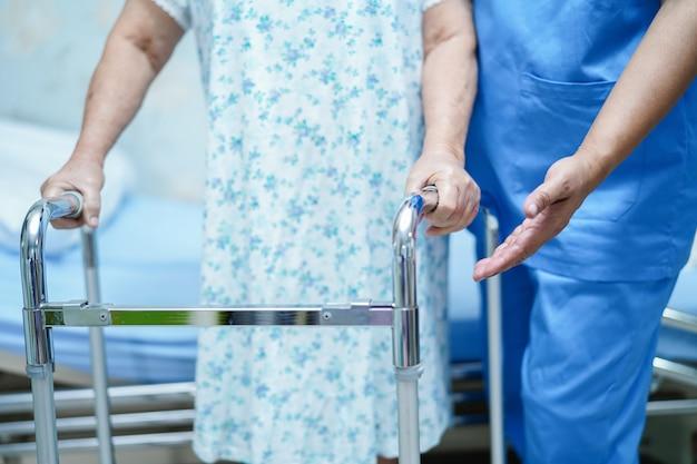 Asiático, enfermeira, fisioterapeuta, doutor, cuidado, ajuda, e, apoio, idoso, idoso, mulher, paciente, com, w