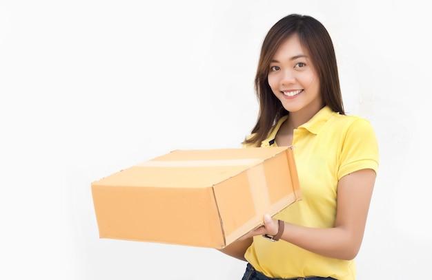 Asiático feliz enviando caixa de papel de pacote de entrega em fundo branco isolado