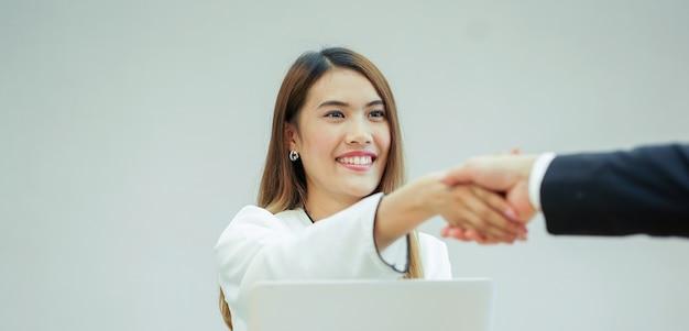 Asiático, gerente, mulher, mão, agitação, com, graduado, pessoa, após, entrevista trabalho