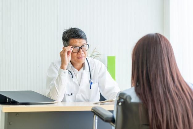 Asiático médico e paciente são consulta
