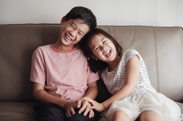 Asiático pequeno irmão e irmã em casa, retrato de crianças felizes