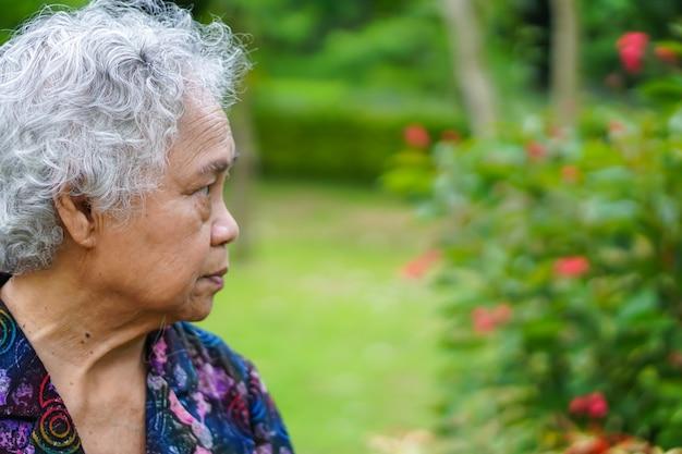 Asiático sênior ou idosa velha senhora sorriso rosto brilhante com forte saúde durante a caminhada