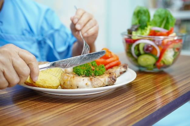 Asiático, sênior, ou, idoso, senhora velha, mulher, paciente, comer, pequeno almoço