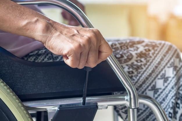 Asiático, sênior, ou, idoso, senhora velha, mulher, paciente, ligado, cadeira rodas, tão triste, casa