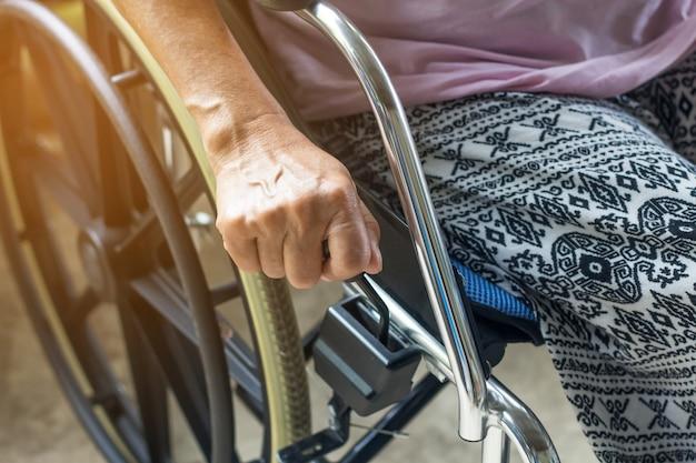 Asiático, sênior, ou, idoso, senhora velha, mulher, paciente, ligado, cadeira rodas