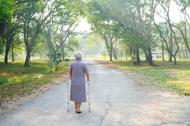 Asiático, sênior, ou, idoso, senhora velha, mulher, paciente, passeio, com, caminhante, em, parque