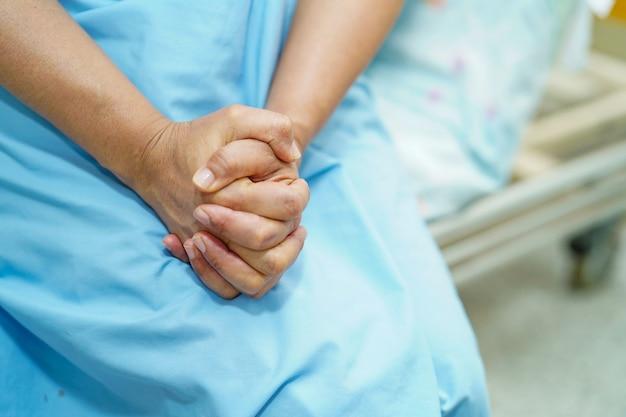 Asiático, sênior, ou, idoso, senhora velha, mulher, paciente, segure, dela, mão, com, esperança, enquanto, sentar-se cama, em, enfermaria, hospitalar, divisão