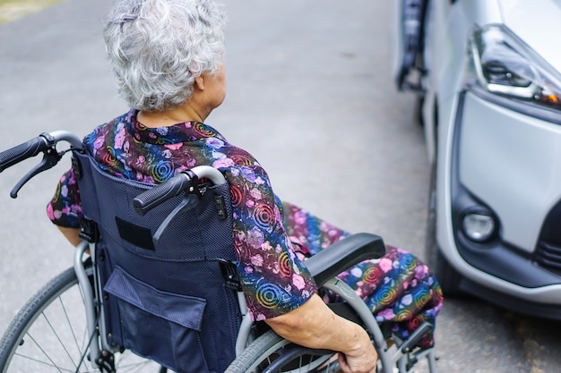 Asiático, sênior, ou, idoso, senhora velha, mulher, paciente, sentando, ligado, cadeira rodas