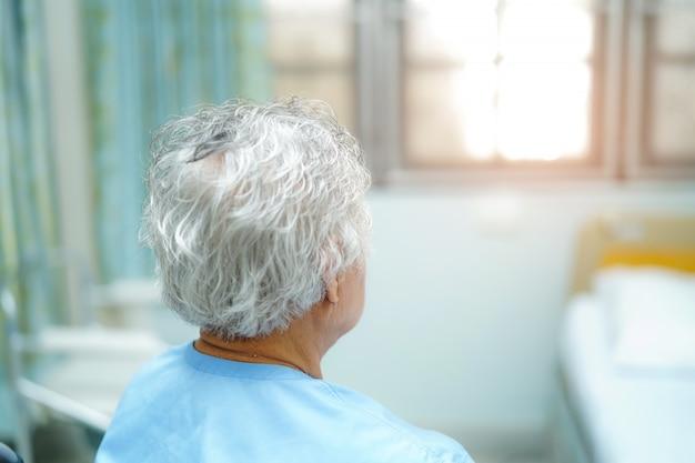 Asiático, sênior, ou, idoso, senhora velha, mulher, paciente, sentar cama