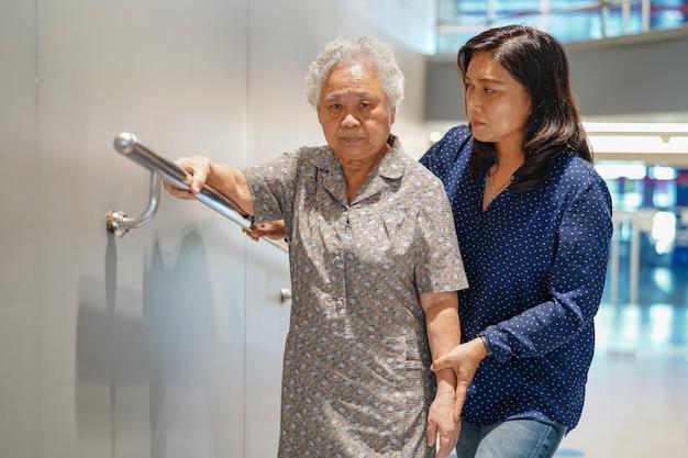 Asiático, sênior, ou, idoso, senhora velha, mulher, paciente, uso, declive, passagem, punho, segurança