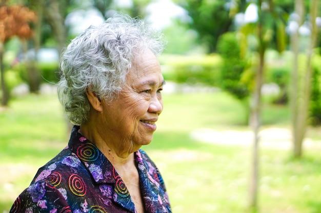 Asiático, sênior, ou, idoso, senhora velha, mulher, sorrizo, rosto brilhante