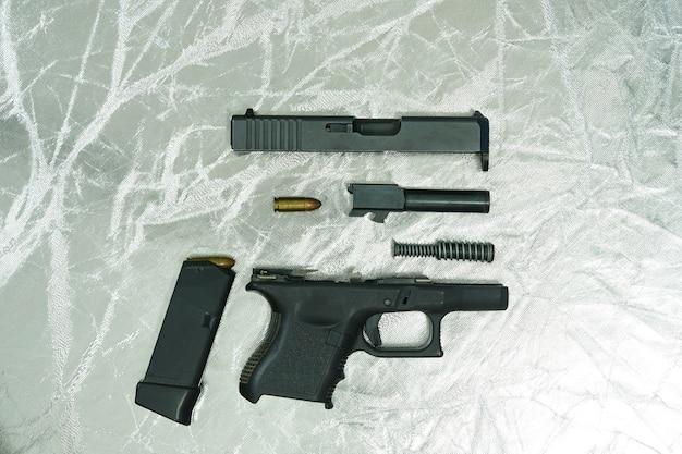 Aspecto lateral das peças de desmontagem da pistola