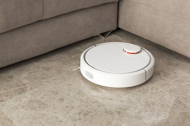 Aspirador de pó robô limpando o quarto