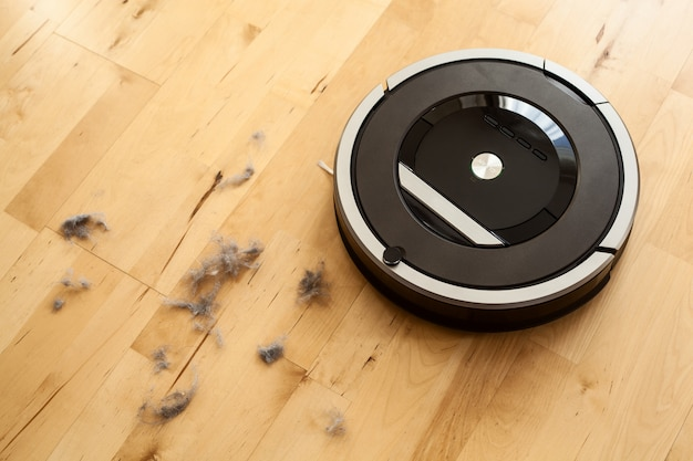 Aspirador de pó robótico no piso de madeira laminada poeira tecnologia de limpeza inteligente