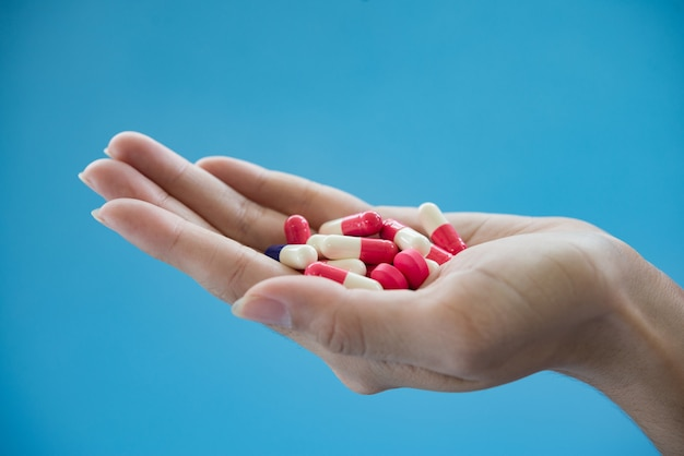 Aspirina saudável segurar cápsula de dormir