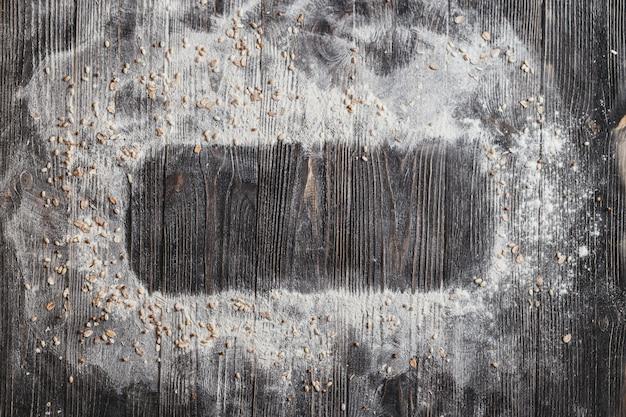 Assadeira com farinha, vista superior, espaço para texto