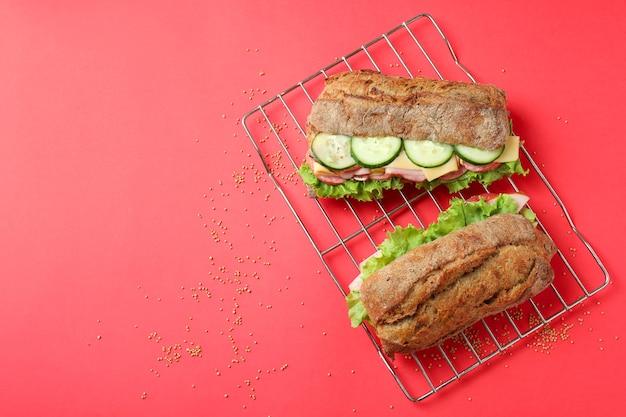Assadeira com sanduíches de ciabatta em fundo vermelho
