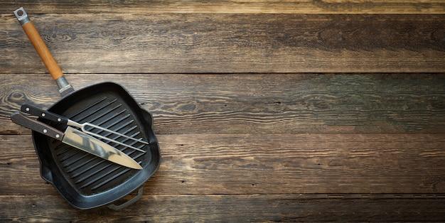 Assadeira em fundo de madeira velha