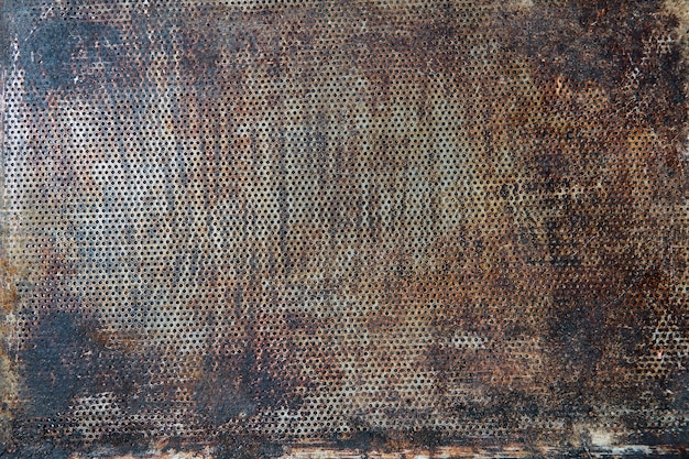Assadeira velha rústica escura como pano de fundo para sua criatividade, copie o espaço.