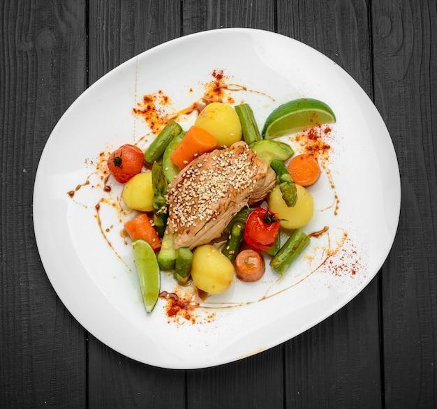 Assado caseiro com cenoura, batata e legumes diversos