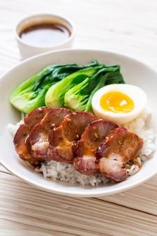 Assado churrasco de porco vermelho com arroz coberto