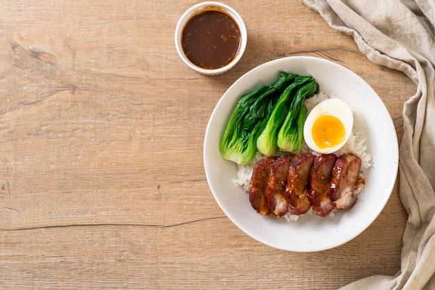 Assado churrasco porco vermelho no arroz coberto