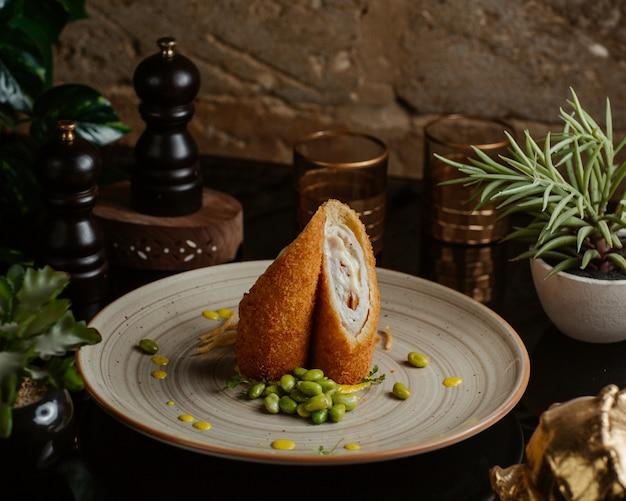 Assado com bolachas de peito de frango, servido com feijão verde