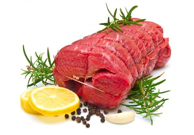 Assado de carne com alecrim em branco