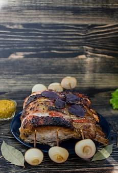 Assado de costela de porco com legumes frescos de forno