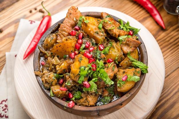 Assado de panela lenta caseiro com cenouras e batatas