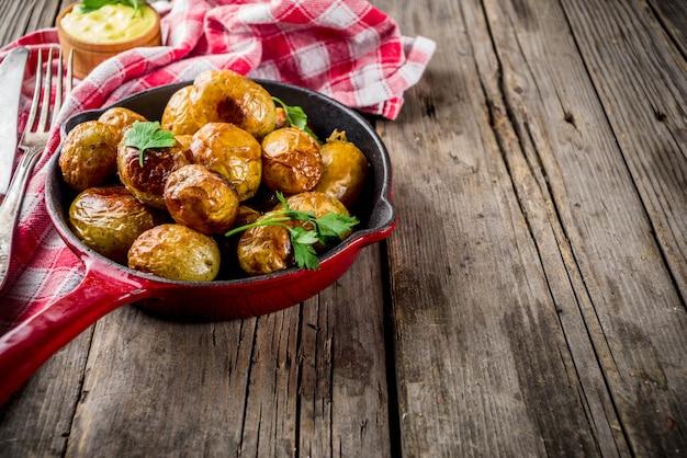Assado na frigideira, batatas jovens inteiras, comida vegetariana caseira