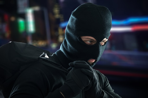 Assaltante escapando depois de um roubo