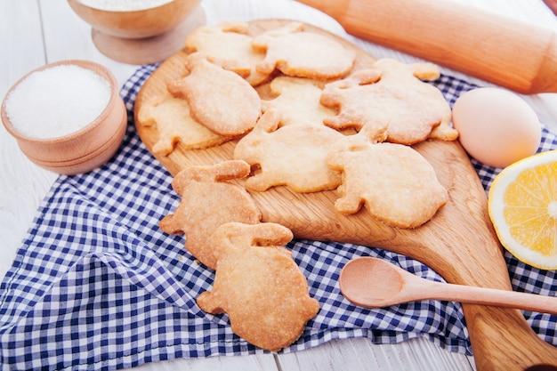 Assando biscoitos de páscoa em forma de coelho
