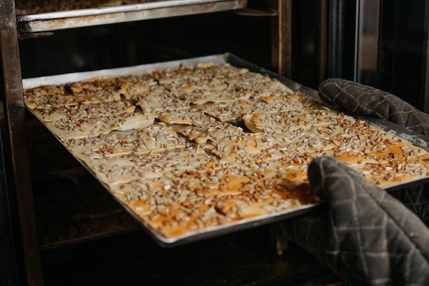 Assar biscoitos com nozes doce gostoso delicioso dentro bandeja de forno de prata