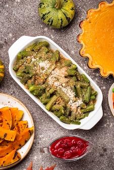 Assar caçarola de feijão verde com queijo e pão ralado. comida do dia de ação de graças
