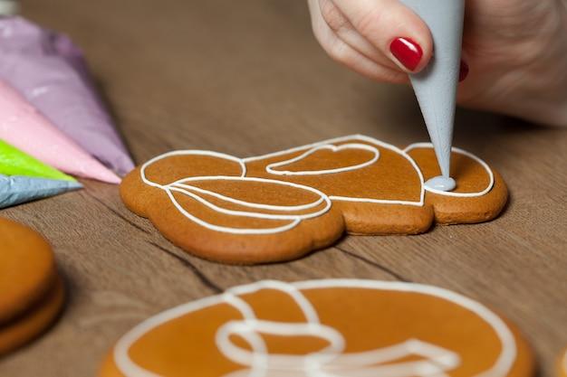 Assar, desenhar no cozimento, padrões de pão de gengibre de páscoa