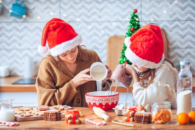Assar e cozinhar com as crianças para o natal em casa.