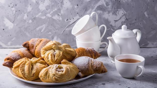 Assar massa folhada com um doce recheio para o conceito de chá ou almoço