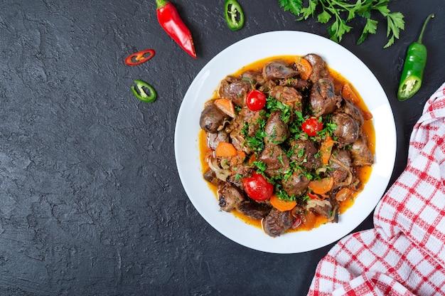 Assar miudezas com legumes. prato armênio kuchmachi. a vista de cima
