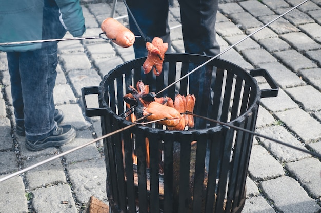 Assar salsichas em fogo aberto