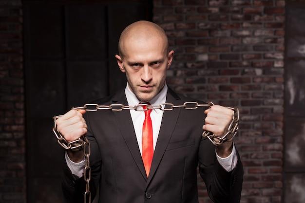 Assassino silencioso com corrente de ferro nas mãos