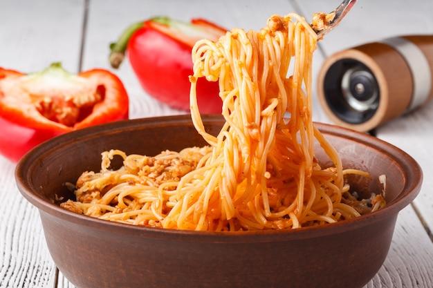 Asse as massas com penne de trigo integral, tomate e mozarella