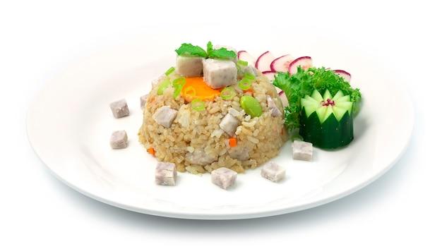 Asse o arroz com gemas de ovo de tarosalt e comida chinesa cozida com feijão verde