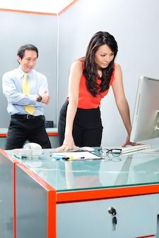 Assédio sexual por chefe no escritório asiático